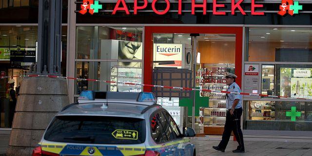Poliser utanför apoteket där gisslandramat utspelade sig. OLIVER BERG / dpa