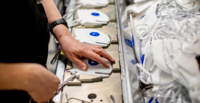 Nyproduktion av andningsmasker. Illustrationsbild. ADAM IHSE / TT / TT NYHETSBYRÅN