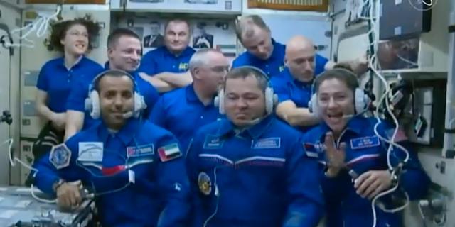 Jessica Meir och de andra två rymdfararna har klättrat in på rymdstationen och har träffat de sex andra kollegorna som redan var där. Nasa