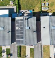 Solpaneler på ett kedjehus. Arkivbild.  Fredrik Sandberg/TT / TT NYHETSBYRÅN