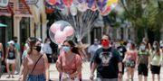 Besökare vid affärerna i Disney World i juni. John Raoux / TT NYHETSBYRÅN