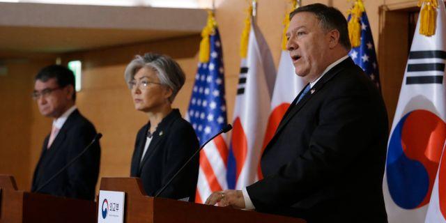 Mike Pompeo (th) tillsammans med Sydkoreas utrikesminister Kang Kyung-wha och Japans utrikesminister Taro Kono.  Ahn Young-joon / TT NYHETSBYRÅN
