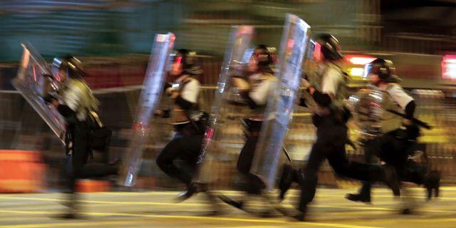 Polis på väg mot demonstranter i Hongkong. Vincent Thian / TT NYHETSBYRÅN/ NTB Scanpix