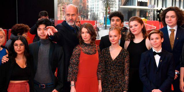 Erik Poppe tillsammans med skådespelarna på filmfestivalen i Berlin.  JOHN MACDOUGALL / AFP