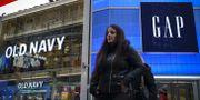 Fotgängare utanför Gap och Old Navys butiker vid Times Square i New York på fredagen.  Drew Angerer / GETTY IMAGES NORTH AMERICA
