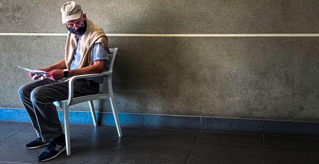 En man som just testat sig för covid-19 väntar på att få betala på en klinik i Johannesburg, Sydafrika.  Jerome Delay / TT NYHETSBYRÅN