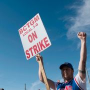 Jason Bradley, who has worked at Kellogg's for 11 years, pickets outside of the plant in Battle Creek, Mich. on Tuesday, Oct. 19, 2021. Thousands of union workers from Michigan, Tennessee, Pennsylvania and Nebraska have been on strike for the past two weeks. Nicole Hester / TT NYHETSBYRÅN