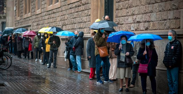 Människor går till valurnorna i regnigt Barcelona Emilio Morenatti / TT NYHETSBYRÅN