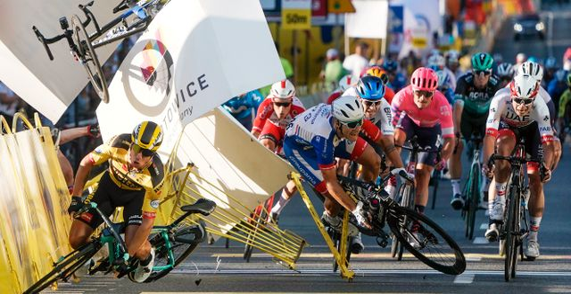 Dylan Groenewegen i gult. Fabio Jakobsen faller bakom honom. Tomasz Markowski / TT NYHETSBYRÅN