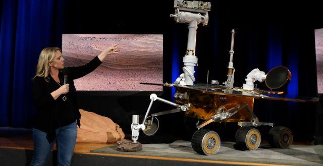 Nasa-ingenjören Jennifer Trosper med en replika av sonden. Marcio Jose Sanchez / TT NYHETSBYRÅN