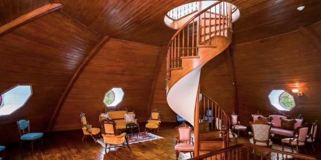 Spiraltrappan på övervåningen leder upp till en utsiktsplats med vyer över Hudson River. Homes.com