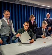 Representanter för fack och arbetsgivare när de igår skrev under avtalet. Jenny Frejing/Svenskt Näringsliv / TT NYHETSBYRÅN