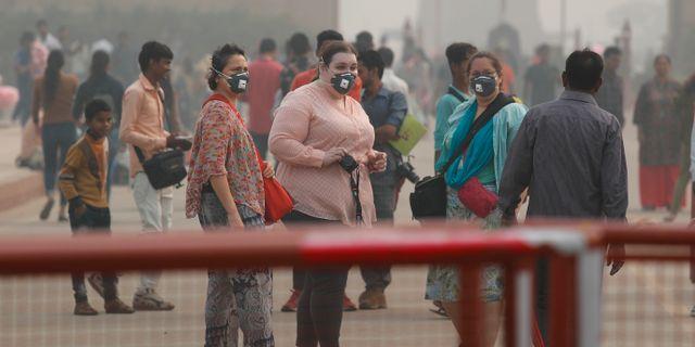Människor bär mask för att skydda sig mot luftföreoreningar i New Delhi, Indien.  Manish Swarup / TT NYHETSBYRÅN