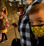 Elever med munskydd. Alvaro Barrientos / TT NYHETSBYRÅN