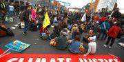 Illustrationsbild: Människor i Berlin deltar i den globala klimatstrejken som gick av stapeln på fredagen, på initiativ av Greta Thunberg och organisationen Fridays for Future.  MICHAEL HANSCHKE / TT NYHETSBYRÅN
