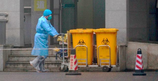 Biologiskt avfall fraktas bort från Wuhans medicinska behandlingscenter. Dake Kang / TT NYHETSBYRÅN