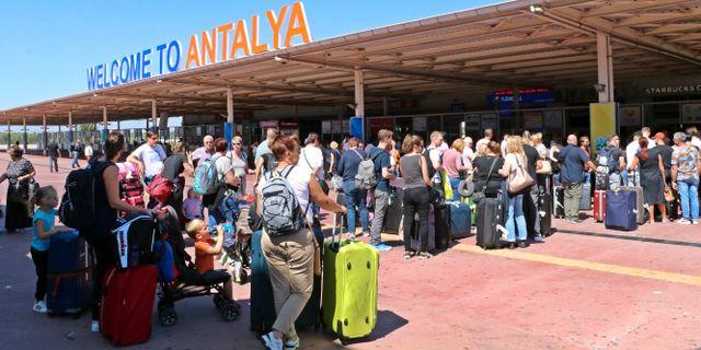 Brittiska turister vid flygplatsen i Antalya i dag.  TT NYHETSBYRÅN