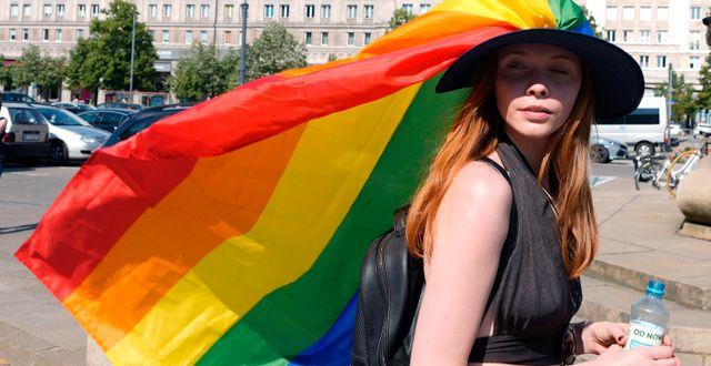 En kvinna under en prideparad i Warszawa. Czarek Sokolowski / TT NYHETSBYRÅN