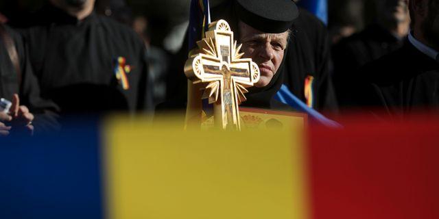 En rumänsk nunna deltar i en demonstration till stöd för att skriva in ett förbud mot samkönade äktenskap i grundlagen.  INQUAM PHOTOS / TT NYHETSBYRÅN