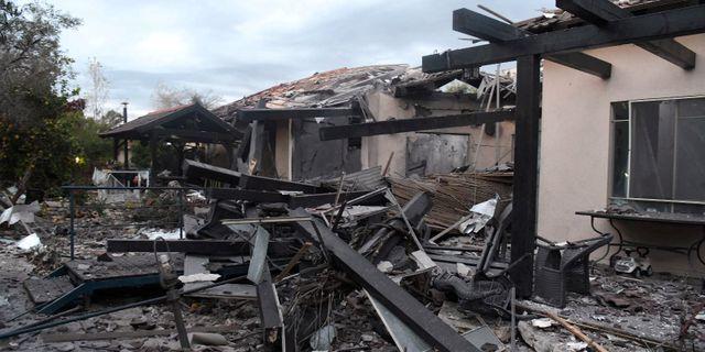 Ett skadat hus efter raketattacken. STRINGER / TT NYHETSBYRÅN