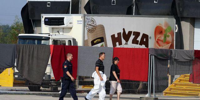 Flyktingarna hittades kvävda till döds i en kylbil.