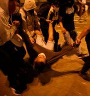 Demonstranter bär bort en skadad man vid protesterna i Lima, Peru Rodrigo Abd / TT NYHETSBYRÅN