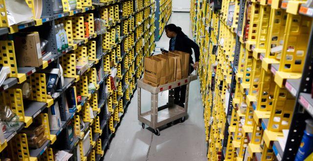 Arkivbild: Amazon-lager i New York. Mark Lennihan / TT NYHETSBYRÅN