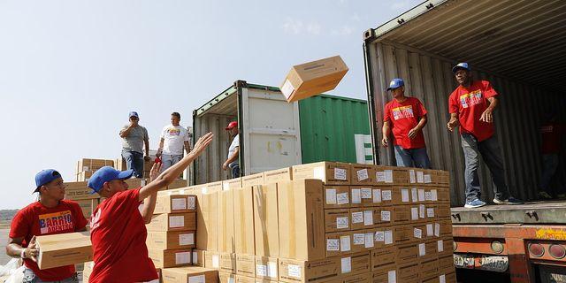 En hjälpsändning från Kina packas upp i krisande Venezuela på torsdagen. TT