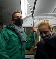 Aleksej Navalnyj på väg från planet. Mstyslav Chernov / TT NYHETSBYRÅN