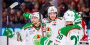Dennis Everberg firar med sina lagkamrater efter mål mot Frölunda CARL SANDIN / BILDBYRÅN