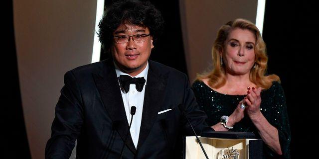 Bong Joon-Ho och skådespelaren Catherine Deneuve. CHRISTOPHE SIMON / AFP
