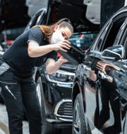 En arbetare på Mercedes-Benz-fabriken i Sindelfingen, Tyskland.  Silas Stein / TT NYHETSBYRÅN