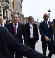 Statsminister Stefan Löfven (S) går från Sagerska till riksdagen för att presentera sin regeringen. Ali Lorestani // TT / TT NYHETSBYRÅN