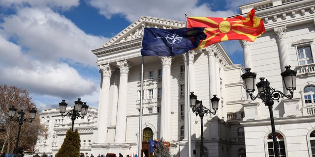 Natoflaggan vajade idag utanför Skopjes parlamentsbyggnad Dragan Perkovksi / TT NYHETSBYRÅN