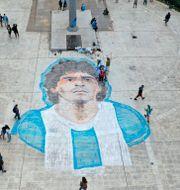 Maradonas ansikte på Plaza de Mayo i Buenos Aires. Rodrigo Abd / TT NYHETSBYRÅN