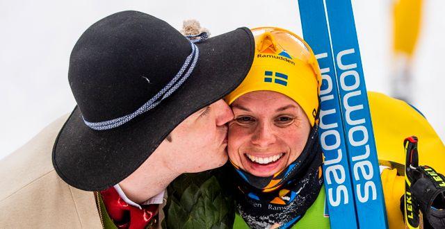 Lina Korsgren gratuleras efter vinsten. SIMON HASTEGÅRD / BILDBYRÅN