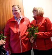 Statsminister Stefan Löfven (S) knackar dörr i samband med ett tidigare val. Ulf Palm/TT / TT NYHETSBYRÅN