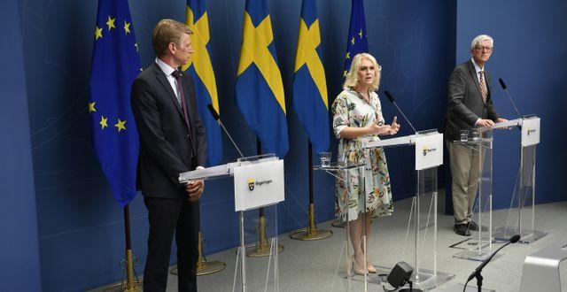 Per Bolund (MP), Lena Hallengren (S), Folkhälsomyndighetens generaldirektör Johan Carlson.  Henrik Montgomery/TT / TT NYHETSBYRÅN