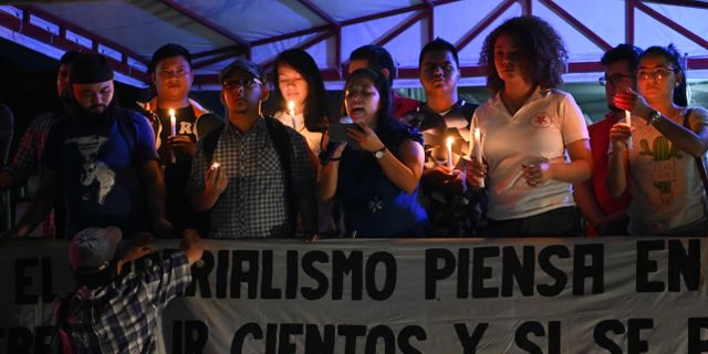 Anhängare av Venezuelas styre utanför landets ambassad i El Salvador. MARVIN RECINOS / AFP