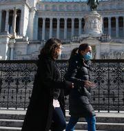 Mario Draghi och flaggor på halv stång för covid-offren i Rom. TT