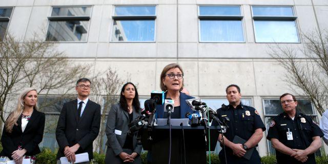 Myndighetschefen Sara Cody pratar med medier. Anda Chu / TT NYHETSBYRÅN