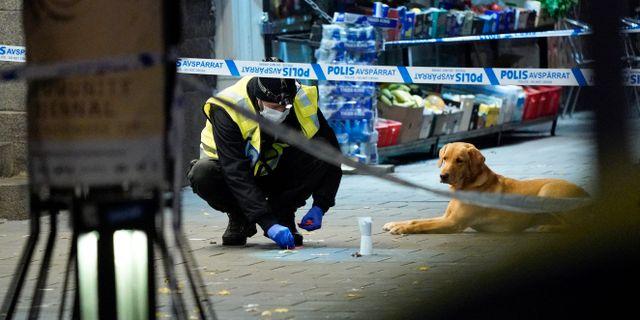 Polisens kriminaltekniker säkrar spår efter skottlossningen. Johan Nilsson/TT / TT NYHETSBYRÅN