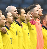 Arkivbilder. Svenska herrlandslaget i fotboll och Carola sjunger nationalsången.  TT