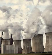 Vindkraftverk och kolkraftverk.  Shutterstock