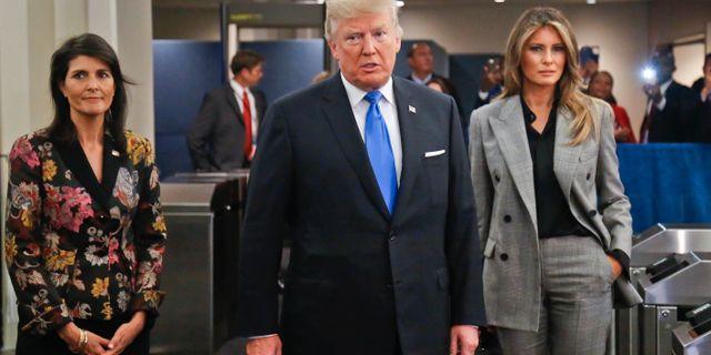 Donald Trump i FN omgiven av ambassadören Nikki Haley och hustrun Melanie Trump. Bebeto Matthews / TT / NTB Scanpix