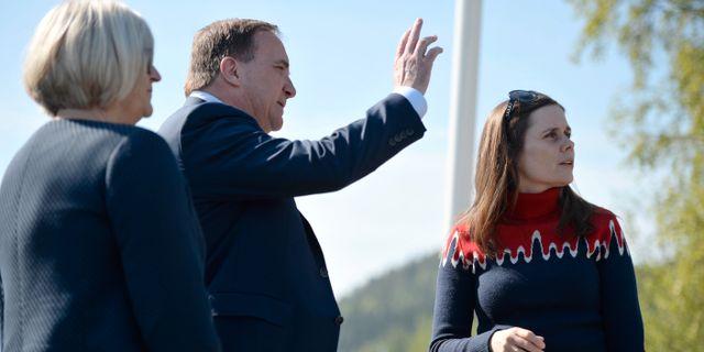 Statsminister Stefan Löfven och hustrun Ulla hälsar Islands statsminister Katrín Jakobsdóttir på tisdagen. Erik Mårtensson / TT / TT NYHETSBYRÅN