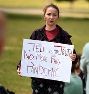 En kvinna med pandemikritiskt plakat. DANIEL LEAL-OLIVAS / TT NYHETSBYRÅN