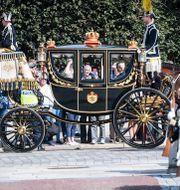 Kungaparet anländer med häst och vagn till riksdagshuset i samband med riksmötets öppnande 2019. Fredrik Sandberg/TT / TT NYHETSBYRÅN