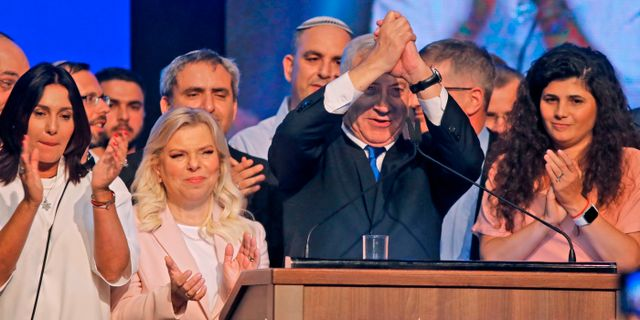 Benjamin Netanyahu med hustrun Sara Netanyahu. MENAHEM KAHANA / AFP
