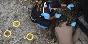 Polis gör en undersökning vid en av explosionerna. LILLIAN SUWANRUMPHA / AFP